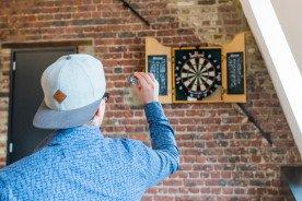 Hoe hang je een dartbord op?